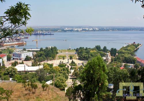Керчь расположена на востоке одноименного полуострова – восточной оконечности Крыма. Площадь полуострова равна примерно 3000 км2. Он расположен между двумя морями, между степью и горами и отличается микроклиматом, уникальным даже для Крыма.